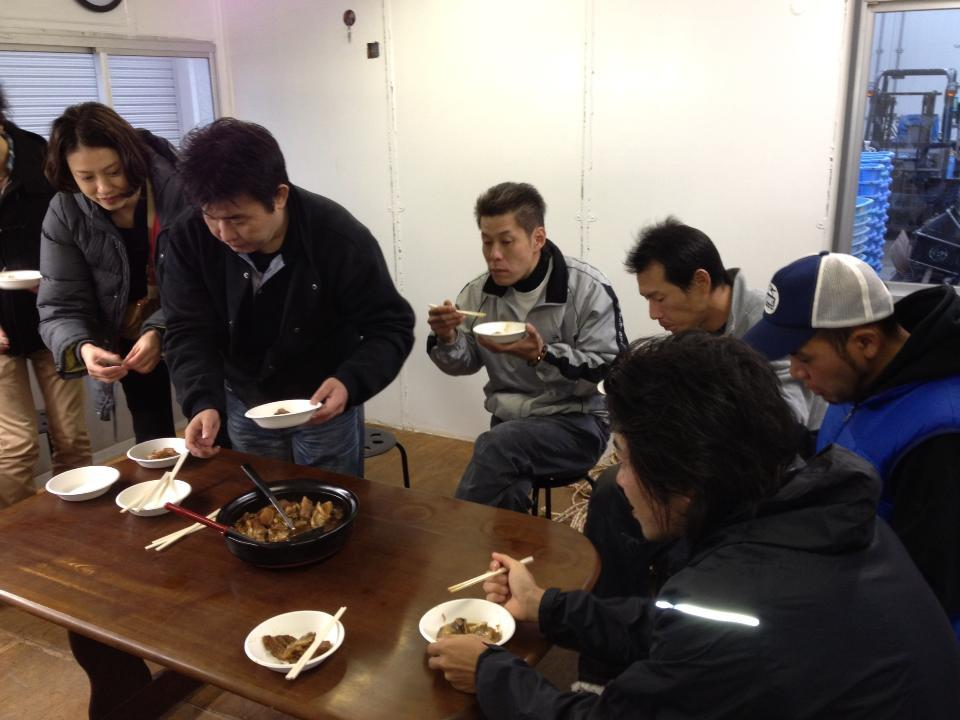小渕浜に長野の小松さんが野菜を持って再訪しています。穴子やムール貝のお吸い物を頂いています。